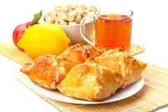 La tazza di tè agglutina su un piatto, sul limone, sulla mela con la foglia verde e sull'Unione Sovietica Fotografie Stock Libere da Diritti