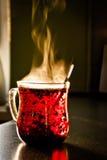 La tazza di vetro con tè è sulla tavola Immagini Stock Libere da Diritti