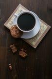 La tazza ed i biscotti di Coffe è sul libro Immagini Stock