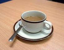 La tazza ed il piattino di caffè stavano bevendo Fotografia Stock