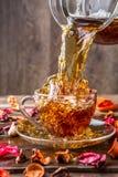 La tazza sulla tavola con è aumentato Fotografia Stock