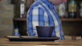 La tazza vuota sul contatore della barra, barista produce il caffè su fondo vago video d archivio