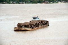 La teca abre una sesión la madera en el barco en el río de Ayeyarwady, Myanmar Imagenes de archivo