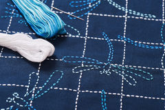 La technique traditionnelle de la broderie japonaise est sashiko, libellules Photos stock