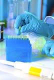 La technologie complète une boîte en plastique d'astuces jaunes Images stock