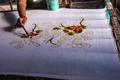 La tecnica antica di arte malese del batik fotografia stock