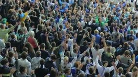 La tecnica d'applauso del fan avanzato, sostenitori gode dello stadio della partita video d archivio