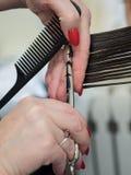 La tecnica di taglio dei capelli con le forbici fotografia stock