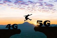 La tecnología 4G a los hombres 5G salta sobre silueta Imágenes de archivo libres de regalías