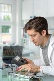 La tecnología masculina enérgica joven fija la placa madre Imagenes de archivo