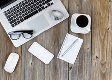 La tecnología moderna con la oficina tradicional se opone en el escritorio de madera Imagen de archivo libre de regalías