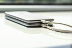 La tecnologia di carico senza fili del telefono di mobil fotografia stock libera da diritti