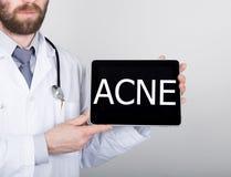 La tecnologia, Internet e rete nel concetto della medicina - aggiusti la tenuta del pc della compressa con il segno dell'acne Int Fotografie Stock