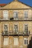 La teja del siglo XIX adornó la fachada. Lisboa. Portugal Imagenes de archivo