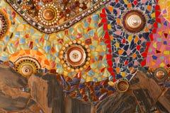 La teja rota colorida, el plato, la tapa, la gota y el o de adornamiento de piedra Fotografía de archivo libre de regalías