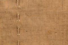La tela da imballaggio con una allinea della corda Immagini Stock