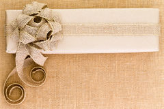 La tela da imballaggio rustica artistica ha decorato il regalo di Natale Immagini Stock