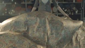 La tela de seda se convierte maravillosamente Hembra en el taller Cámara lenta metrajes