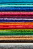 La tela del fieltro cubre colores llenada para arriba en una pila Imagen de archivo