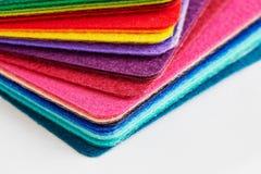 La tela del fieltro cubre colores llenada para arriba en una pila Fotografía de archivo libre de regalías