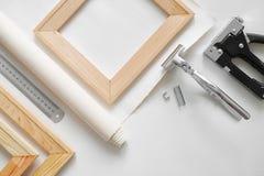 La tela dell'artista in rotolo, le barre di legno della barella, gli elevatori della barella di tela e la graffetta sparano fotografie stock libere da diritti