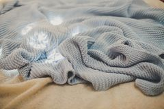 La tela escocesa azul que miente en la cama, en la manta miente la guirnalda, el interior de la Navidad Foto de archivo libre de regalías
