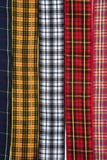 La tela escocesa del tartán sujeta con cinta adhesiva el fondo del modelo Fotos de archivo libres de regalías