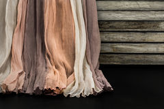 La tela hermosa, pesa en fondo de madera Fotografía de archivo