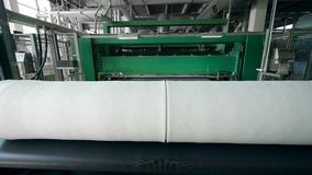 La tela no tejida rodó en línea industrial en una fábrica almacen de metraje de vídeo