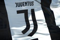 La tela que agita texturiza la bandera del club del fútbol de juventus, textu real Imagen de archivo