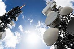 La telecomunicazione torreggia su vista da sotto Fotografia Stock