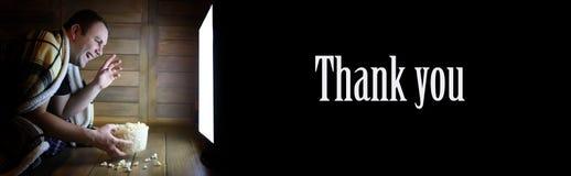 La televisione di sorveglianza dell'uomo a casa sul pavimento ed il testo ringraziano il yo immagini stock