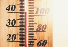 La température chaude montrée sur le thermomètre image libre de droits