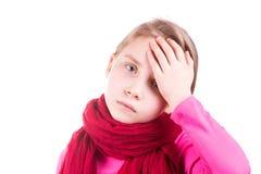 La température de mesure en difficulté de petite fille et vérification de son front image libre de droits