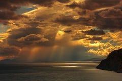 La tempête au-dessus de la mer au coucher du soleil Image libre de droits