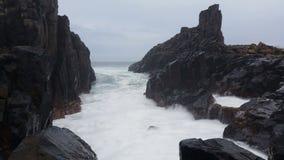 La tempête déprimée de mer ondule sur le paysage marin de roches banque de vidéos