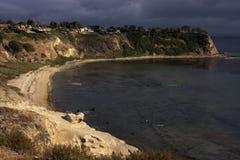 La tempête de début de soirée approche la côte de l'océan pacifique image libre de droits