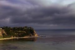 La tempête de début de soirée approche la côte de l'océan pacifique images stock