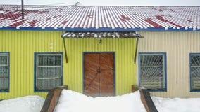 La tempête de neige, neige tombe du toit Timelapse banque de vidéos