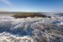 La tempête faisante rage ondule le brisement dans des roches Photo libre de droits