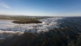 La tempête faisante rage ondule le brisement dans des roches Image libre de droits