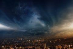La tempête frappe la ville photo libre de droits