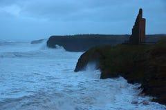 La tempête ondule au château et aux falaises de Ballybunion Photo libre de droits