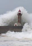 La tempête ondule au-dessus du phare Photographie stock