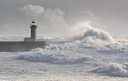 La tempête ondule au-dessus du phare Images stock