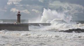 La tempête ondule au-dessus du phare Image stock