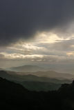 La tempête s'approche comme jour sur les extrémités de montagne Photo stock