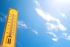 la temperatura di misura del termometro sulla stagione, più di 40 d Fotografie Stock