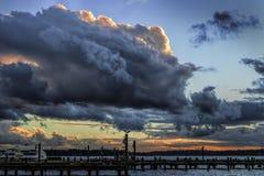 La tempesta allineata dell'arancia del tramonto si rannuvola il lago Washington con il pilastro della priorità alta  fotografia stock libera da diritti