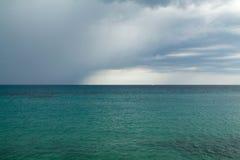 La tempesta arriva sul mare in Sanremo fotografia stock